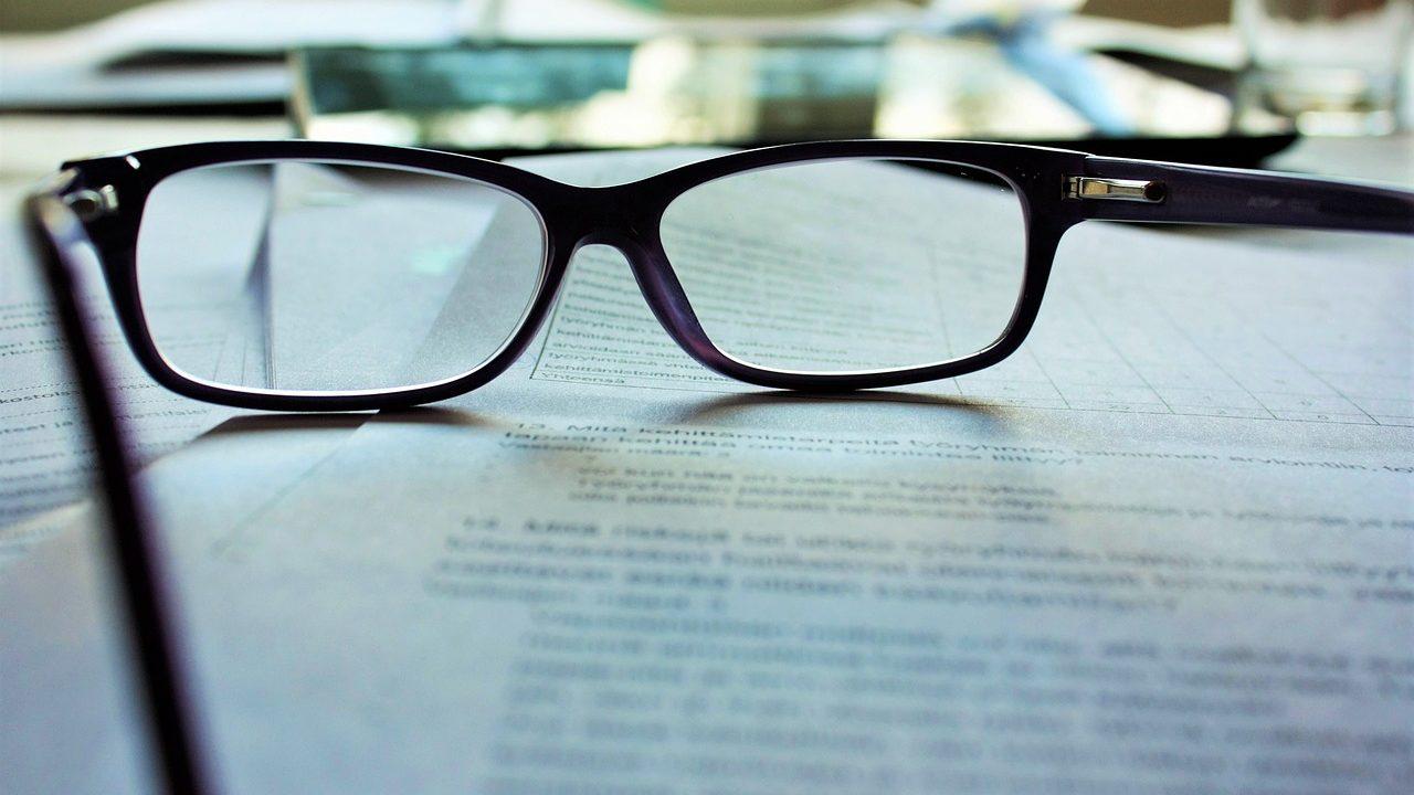 メガネの置かれた机