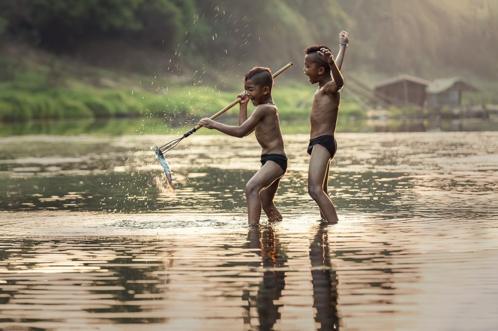 水辺で遊ぶ少年