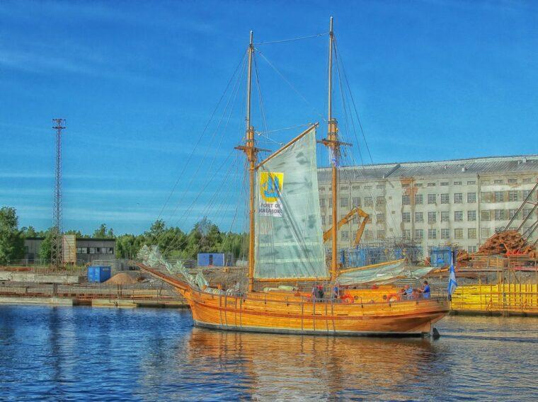 運河をすすむ帆船