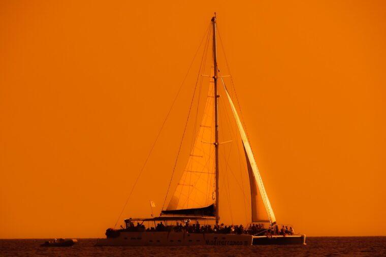 夕景の大型カタマランヨット