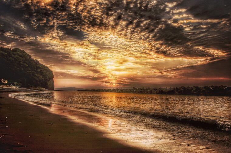 海岸線から望む朝陽