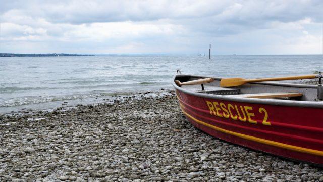 ビーチに待機するレスキュー艇