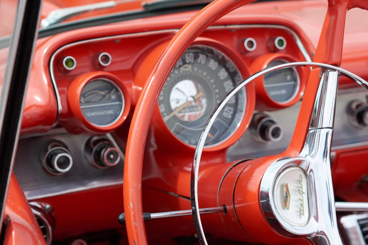 赤いインテリアのアメ車