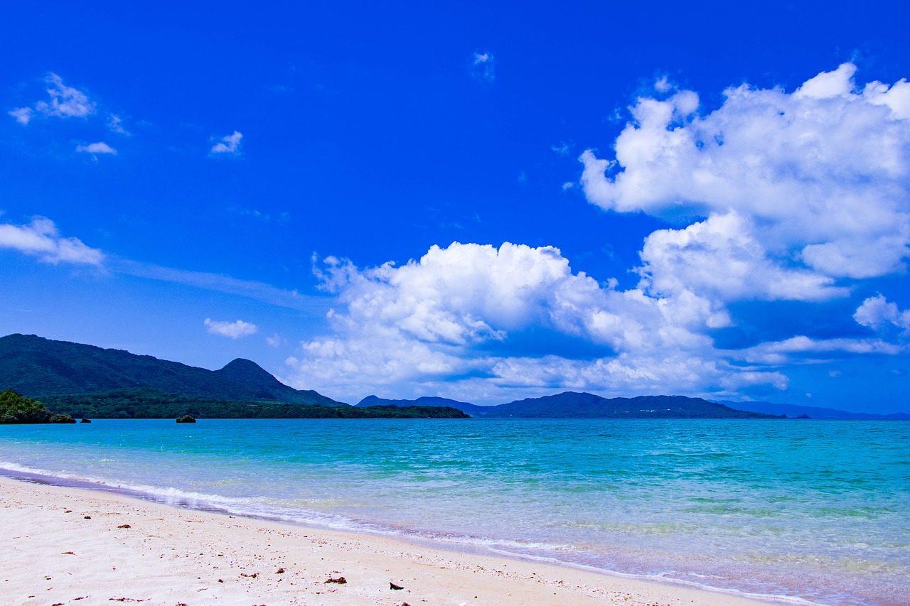 白い砂浜と青い海の小笠原諸島イメージ