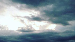 低気圧の雲に覆われる海岸線